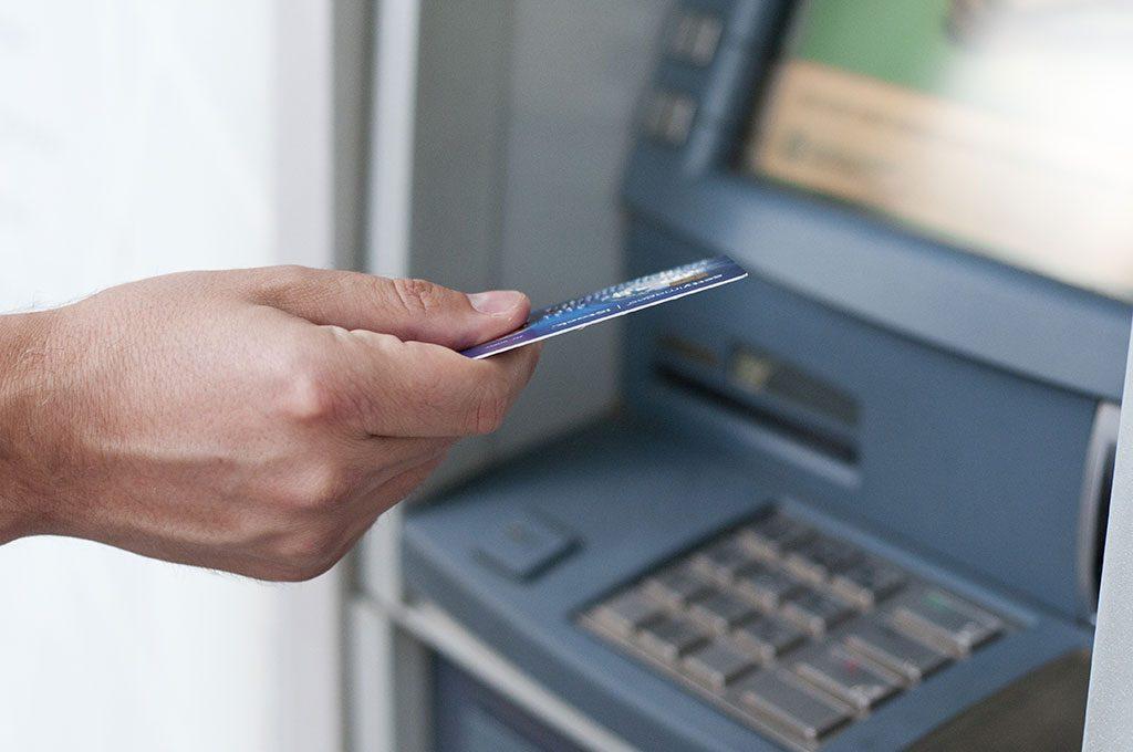 Cliente utilizando serviço de crédito de banco